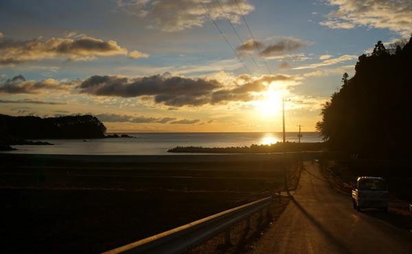 【写真4:根崎の海からの朝陽】 ふと朝早くに目が覚めた時に海まで散歩したときの海辺の朝陽。  ざわめいていた心をそっと落ち着かせてくれた場所。 とても静かで空も海も木々も自然を肌で感じ、 深呼吸してきれいな空気を体に入れ、新たな一日の始まり。